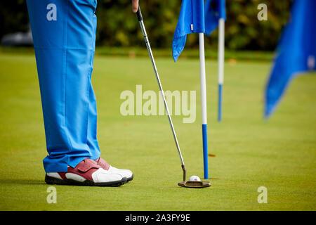 Golf jouer au golf sur le putting practice green