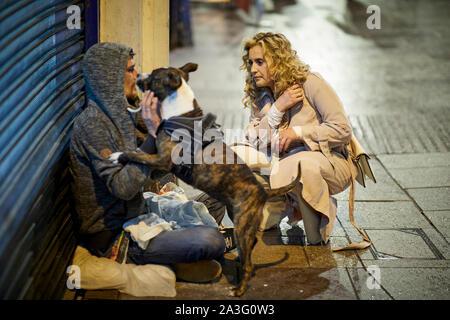 Pays de Galles Cardiff, un begger avec un chien chat avec une dame sur un night out