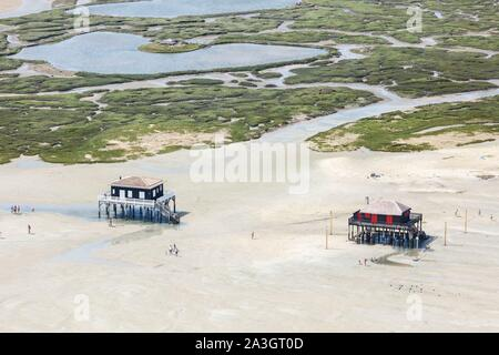 France, Gironde, Arcachon, les maisons en bois sur pilotis près de l'IIe aux Oiseaux (vue aérienne) Banque D'Images