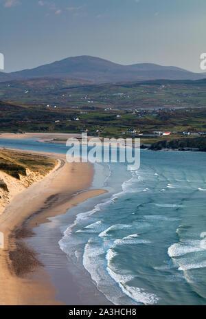 Une figure solitaire sur cinq doigts Strand, Trawbreaga Bay et Dunaff Head de soldats Hill, péninsule d'Inishowen, Co Donegal, Irlande Banque D'Images