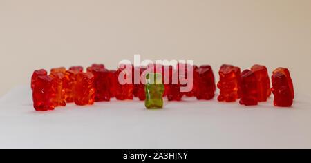 Gummy Bear vert prise de parole en groupe dans le rouge