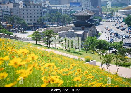 Porte de ville dans le centre de Séoul avec les bâtiments modernes Banque D'Images