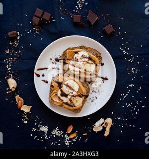 Toast avec du beurre d'arachides et bananes Banque D'Images