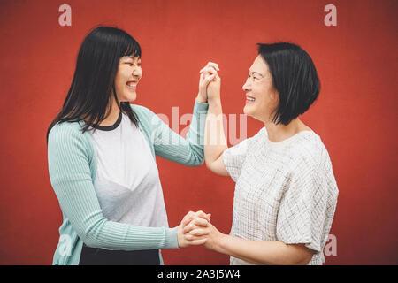 Asian mother and daughter having fun outdoor - Happy Family chinois du temps ensemble à l'extérieur Banque D'Images