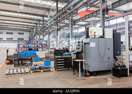 Feuille de métal usine de profilage. Nouvelle machine moderne. Concept d'Industrie et de fabrication Banque D'Images