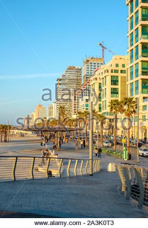 Israël, Tel Aviv, Tel Aviv. Shlomo Lahat, promenade et les bâtiments le long du bord de mer à l'établissement Geula Beach. Banque D'Images