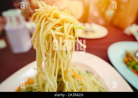 Sauté chinois chow mein Nouilles jaunes gros plan alimentaire Banque D'Images