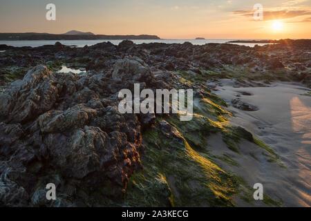 Roches sur cinq doigts Strand au coucher du soleil, Trawbreaga Bay et Dunaff Head de soldats Hill, péninsule d'Inishowen, Co Donegal, Irlande Banque D'Images