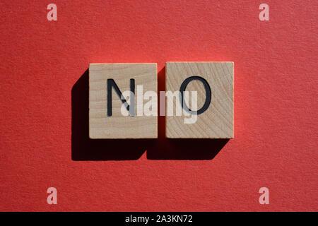 Pas de 3d dans les lettres de l'alphabet en bois isolé sur fond rouge Banque D'Images