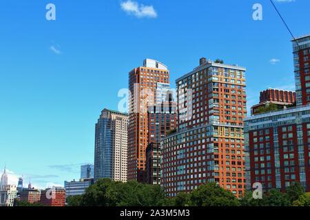 Vue depuis la rivière Hudson d'immeubles dans la région de Battery Park City, Manhattan, New York. Banque D'Images