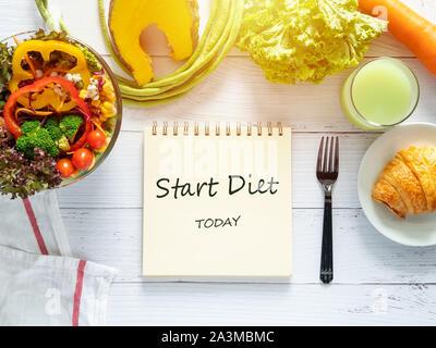 La saine alimentation, régimes, minceur et perte de poids objectifs concept. cible de plan de régime sur papier avec saladier de légumes frais, jus de fruits , dans les restaurants Banque D'Images