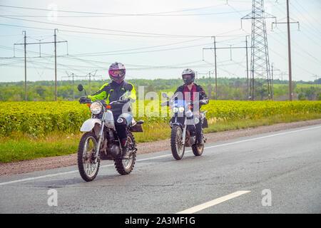 Samara, Russie - le 17 août 2019: Deux motards équitation sur la route dans la campagne. Deux motards sur la route. Soft focus Banque D'Images