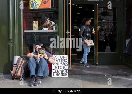 Un manifestant en science alimentaire se trouve à l'extérieur d'un restaurant McDonalds dans Whitehall au cours de la protestation de l'environnement sur le changement climatique de l'occupation de Trafalgar Square, au centre de Londres, le troisième jour d'une prolongée de deux semaines de protestation dans le monde entier par les membres de l'extinction de la rébellion, le 09 octobre 2019, à Londres, en Angleterre. Banque D'Images