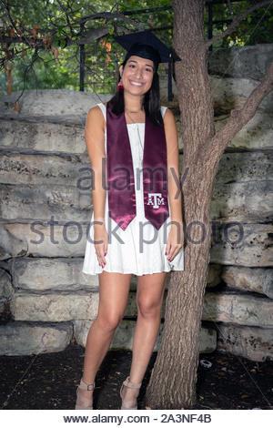 Jeune étudiante pour célébrer l'obtention de son diplôme de l'université Banque D'Images