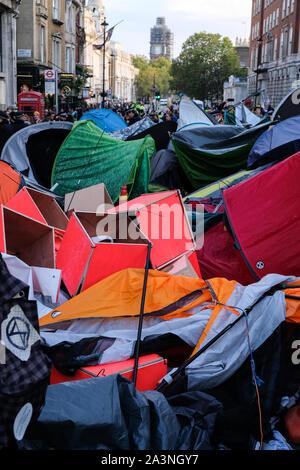 Whitehall, Londres, Royaume-Uni. 9 octobre 2019. Les tentes des manifestants sont supprimés. Rébellion d'extinction les changements climatiques autour de manifestants Westminster. Crédit: Matthieu Chattle/Alamy Live News Banque D'Images