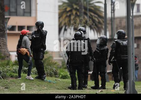 Quito, Equateur. 09Th Oct, 2019. Les policiers tentent de contrôler une manifestation à Quito, Équateur, 09 octobre 2019. Des milliers de manifestants, dirigés par des groupes autochtones et des travailleurs, mars contre l'élimination des subventions à l'essence, une décision du gouvernement dans le cadre d'un accord avec le Fonds monétaire international (FMI). Crédit: Jose Jacome/EFE/Alamy Live News Banque D'Images