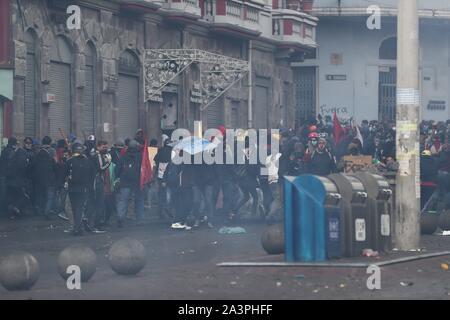 Quito, Equateur. 09Th Oct, 2019. Les gens participent au cours d'une manifestation à Quito, Équateur, 09 octobre 2019. Des milliers de manifestants, dirigés par des groupes autochtones et des travailleurs, mars contre l'élimination des subventions à l'essence, une décision du gouvernement dans le cadre d'un accord avec le Fonds monétaire international (FMI). Crédit: Jose Jacome/EFE/Alamy Live News Banque D'Images