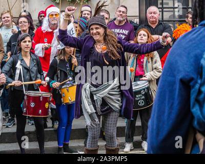 Londres, Royaume-Uni. 9 octobre 2019. Les gens dansent sur une bande de samba sur Whitehall. Extinction Rebellion rébellion internationale à Westminster l'occupation continue, avec la police qui les oblige à certains endroits, quelques tentes et décisions trashing plus d'arrestations, mais il n'y avait toujours pas de trafic dans des endroits clés et d'ateliers et d'autres événements se sont poursuivies. XR exiger du gouvernement dire la vérité sur le climat et l'urgence écologique. Crédit: Peter Marshall/Alamy Live News Banque D'Images