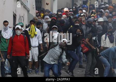 Quito, Equateur. 09Th Oct, 2019. Les gens participent au cours d'une manifestation à Quito, Équateur, 09 octobre 2019. Des milliers de manifestants, dirigés par des groupes autochtones et des travailleurs, mars contre l'élimination des subventions à l'essence, une décision du gouvernement dans le cadre d'un accord avec le Fonds monétaire international (FMI). Crédit: Paolo Aguilar/EFE/Alamy Live News Banque D'Images