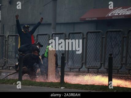 Quito, Equateur. 09Th Oct, 2019. Policiers et manifestants clash en protestation contre le président Moreno et ses politiques économiques. Le gouvernement a déclaré l'état d'urgence et créé des zones réglementées autour des bâtiments du gouvernement. Credit: Juan Diego Montenegro/dpa/Alamy Live News Banque D'Images