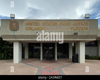 Orlando, FL/USA-10/7/19: un service postal des États-Unis, USPS, le bureau suivant pour un aéroport international de la ville d'Orlando en Floride. Banque D'Images