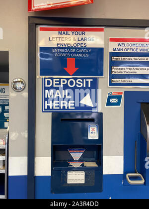 Orlando, FL/USA-10/7/19: un mail dans un dépôt United States Postal Service, USPS, le bureau suivant pour un aéroport international de la ville de Orlando, F Banque D'Images