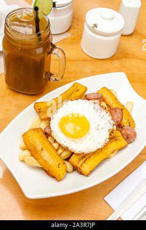 Frites maison salchipapa péruvien Le Pérou, typique de l'alimentation Banque D'Images