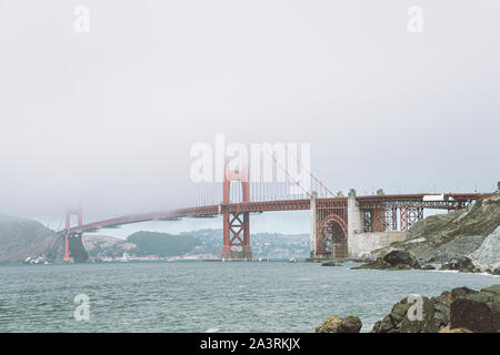 Vue sur le Golden Gate Bridge dans le brouillard de la plage la plus proche