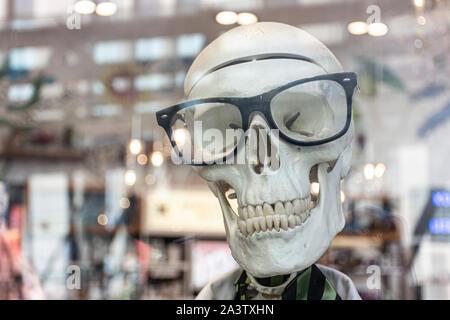 Chef d'un crâne humain avec des lunettes noires