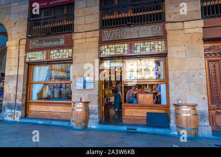 16/09-19, Bilbao, Espagne. L'extérieur du restaurant Victor sur la Plaza Nueva. Banque D'Images