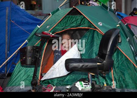 Londres, Royaume-Uni. 9 octobre 2019. Rébellion d'Extinction avec son scooter de mobilité manifestant à l'extérieur de sa tente, vu tôt le matin pendant les deux semaines de protestation à Londres. Crédit: Joe Keurig / Alamy News Banque D'Images