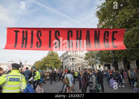 Westminster, London, UK. 10 octobre 2019. Les défenseurs de l'extinction la rébellion ont commencé deux semaines de protestation du 7 au 20 octobre dans et autour de Londres pour manifester contre le changement climatique. Les protestataires à Trafalgar Square demande une action décisive du gouvernement du Royaume-Uni sur la crise écologique mondiale.
