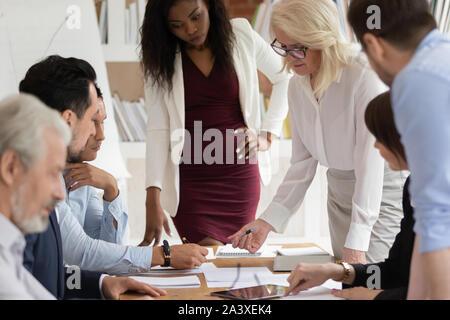Employés multiraciale, discuter des idées de remue-méninges au briefing Banque D'Images