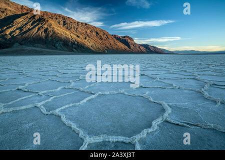 Salines polygonale et gamme noir, bassin Badwater, Death Valley National Park, California USA
