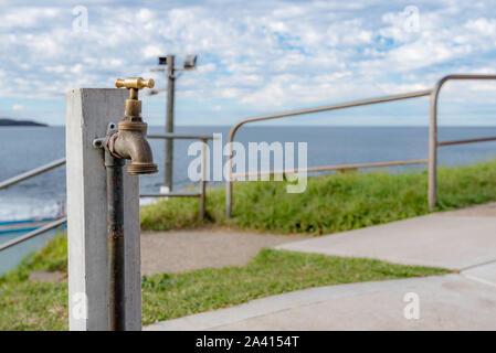Un seul robinet extérieur à l'extrémité sud de la plage de Dee Pourquoi à Sydney, en Australie pour le nettoyage du sable les pieds qu'ils quittent la plage Banque D'Images