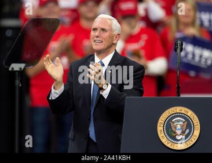 Minneapolis, Minnesota, USA. 10 Oct, 2019. Vice-président MIKE PENCE parle à un donjon Nord grand rassemblement au Centre de la cible. Crédit: Brian Cahn/ZUMA/Alamy Fil Live News Banque D'Images