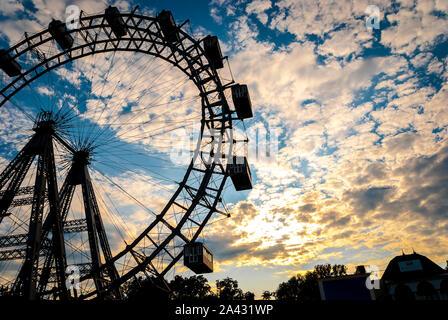 Carte postale de Vienne. Vue panoramique sur Vienne, capitale de l'Autriche, l'Europe, la Grande Roue du Prater, Parc de Divertissement