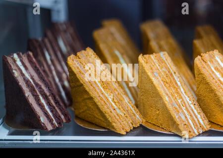 De délicieux morceaux de gâteau de miel en couches fraîchement avec de la crème et des écrous à bakery Banque D'Images