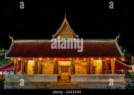 Photo de nuit d'une incroyable golden temple rougeoyant dans la pittoresque ville de Luang Prabang au Laos. L'une des meilleures destinations de voyage en Asie du sud-est Banque D'Images