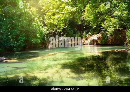 Nature Park et Kursunlu cascade avec le lac. Verdure lumineuse, lac turquoise de l'eau. Paysage d'été. Antalya, Turquie Banque D'Images