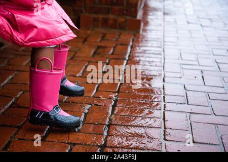 Assis sur un banc dans la pluie Banque D'Images