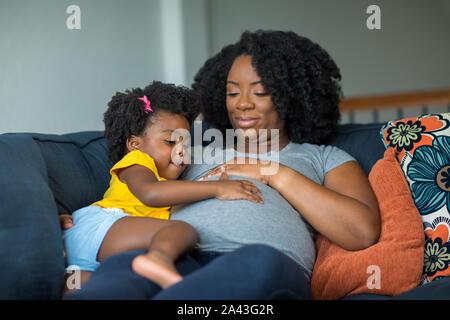 African American mère enceinte et sa fille.