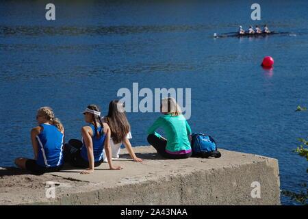 Hartford, CT / USA - 1 octobre, 2017: High school rameurs assis au bord de la rivière, se reposer et profiter du reste de la course Banque D'Images