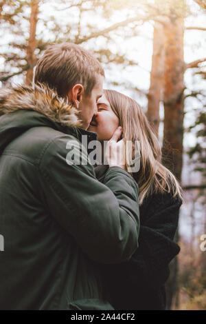 Happy young couple in love amis habillés en style casual à marcher ensemble sur la nature de la forêt du parc dans la saison froide, la famille voyage advenure