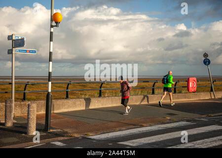 Southport, Merseyside. Météo britannique. 12 octobre, 2019. La pluie tôt le matin pour les coureurs d'exécution sur la promenade du front de mer resort resort. Credit: MediaWorldImages/Alamy Live News Banque D'Images