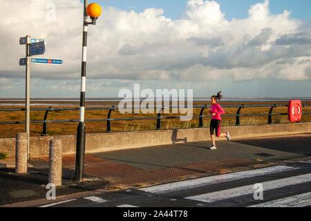 Southport, Merseyside. Météo britannique. 12 octobre, 2019. La pluie tôt le matin pour les coureurs, suivi par grandir dans des conditions de recours. Credit: MediaWorldImages/Alamy Live News Banque D'Images