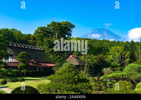 Oshino, Japon - 2 septembre 2016: Oshino Hakkai, cinq lacs Fuji. Le Japon paysage campagnard de fermes de toit de chaume historique avec le Mont Fuji sur t Banque D'Images