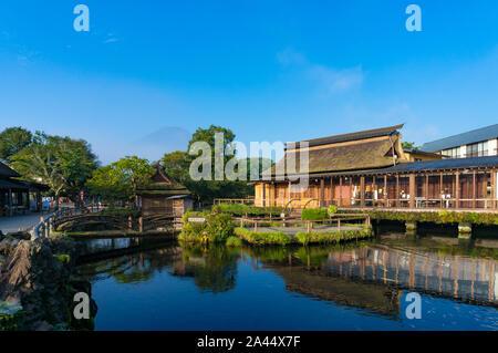 Oshino, Japon - 2 septembre 2016:Oshino Hakkai, cinq lacs Fuji. Le Japon paysage campagnard de fermes de toit de chaume historique et étang avec crystal Banque D'Images