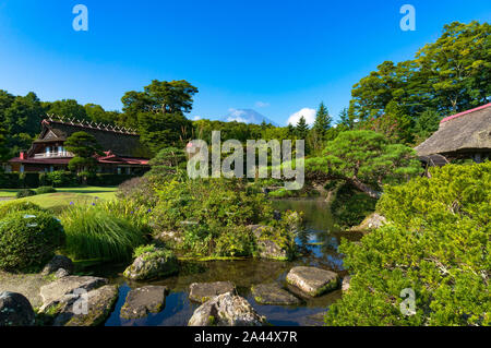 Oshino, Japon - 2 septembre 2016: Oshino Hakkai, cinq lacs Fuji. Le Japon paysage campagnard de fermes de toit de chaume historique et étang avec de l'eau Banque D'Images