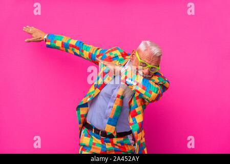 Homme âgé au look excentrique - jeune homme hippster avec portrait de barbe Banque D'Images